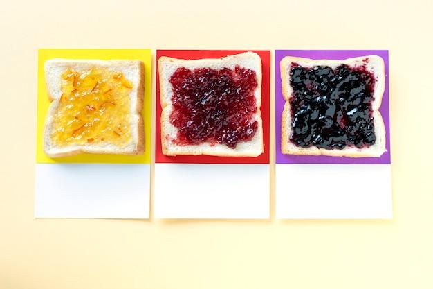 Différentes confitures aromatisées sur des toasts