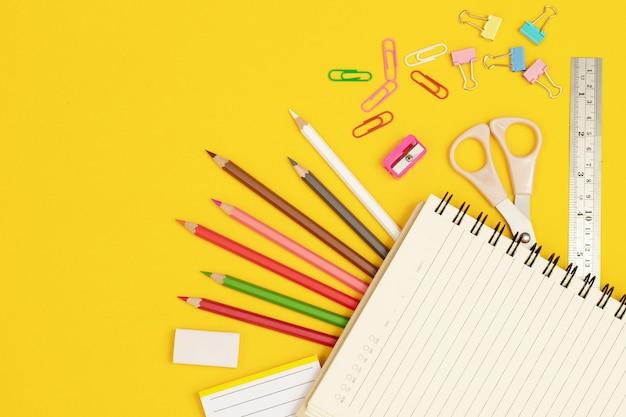 Différentes couleurs de bois avec de la peinture sur fond jaune.