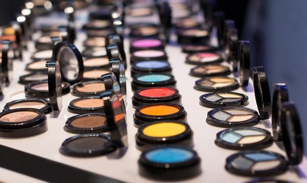 Différentes couleurs de fard à paupières sur la vitrine du magasin de cosmétiques échantillon de test vue de face