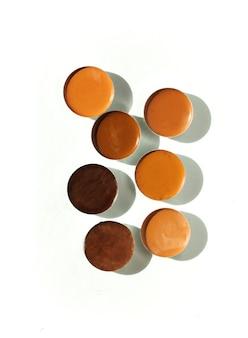 Différentes couleurs de fond de teint pour le visage