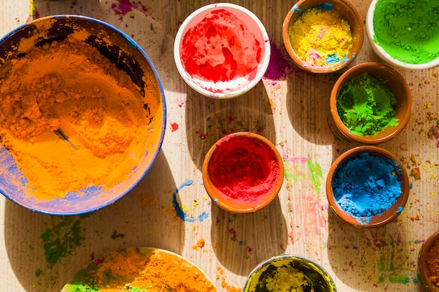 Différentes couleurs vives et sèches dans des petits bols
