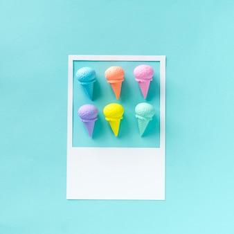 Différentes crèmes glacées aromatisées et peintes
