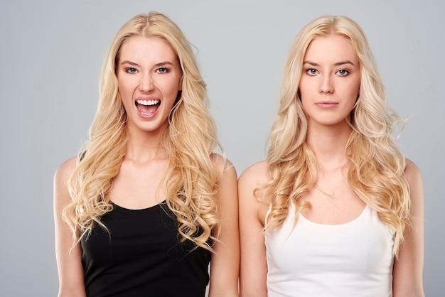 Différentes émotions de jeunes jumeaux
