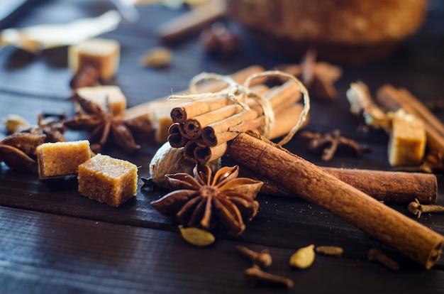 Différentes épices aromatiques sur une table en gros plan