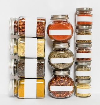 Différentes épices dans la composition de pots