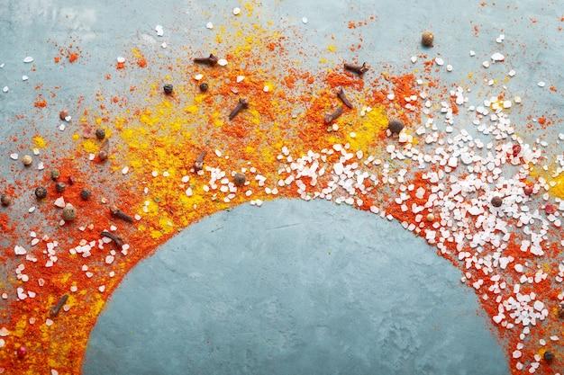 Différentes épices dispersées sur une table