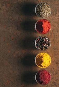 Les différentes épices. épices sur pierre.