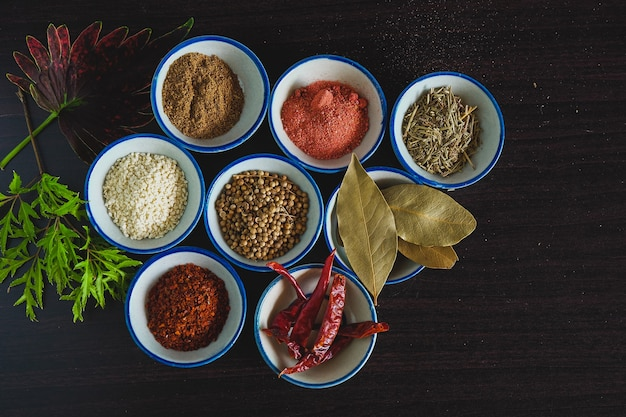 Différentes épices et herbes dans un petit bol pour cuisiner des plats thaïlandais sur fond.