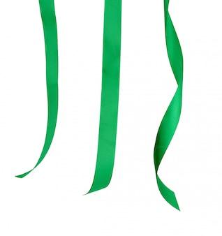 Différentes extrémités de ruban de soie vert isolé sur blanc