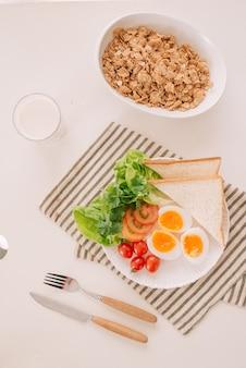 Différentes façons de cuisiner des œufs de poule. petit déjeuner avec des œufs.