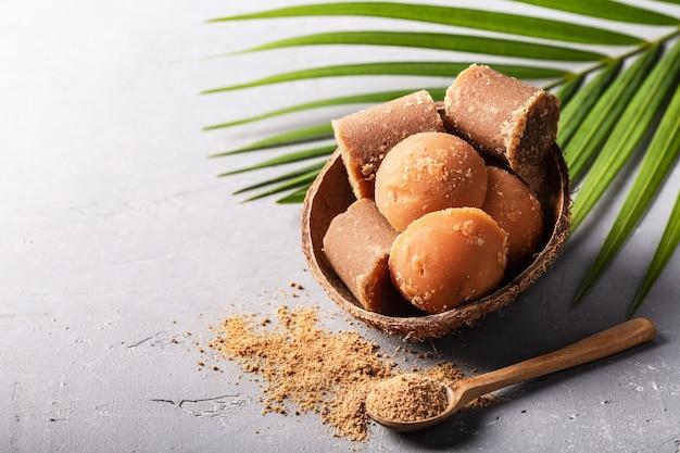 Différentes formes de sucre de palme brun biologique