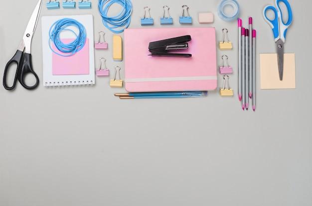 Différentes fournitures scolaires sur fond gris clair