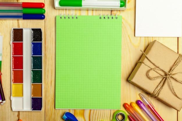Différentes fournitures scolaires