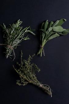 Différentes herbes dans le tableau noir, vue de dessus