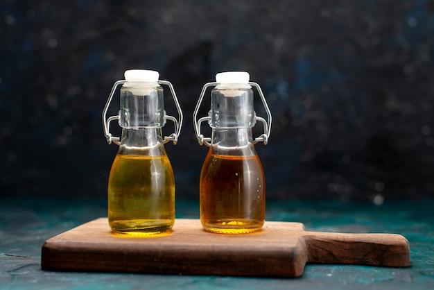 Différentes huiles à l'intérieur des bidons sur l'obscurité