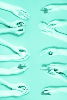 Différentes mains tenant des éléments de noël fond rouge