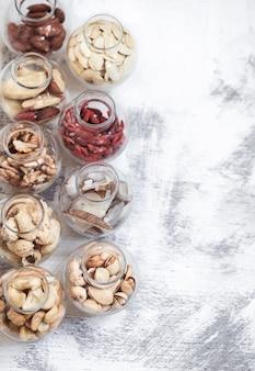 Différentes noix dans des bocaux