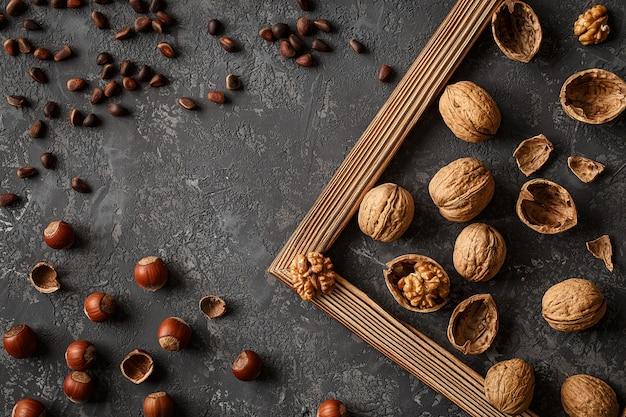 Différentes noix sur la table en pierre. cèdre, noisette, noix.