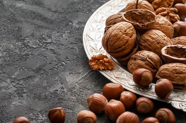 Différentes noix sur la table en pierre sombre. noisettes, noix