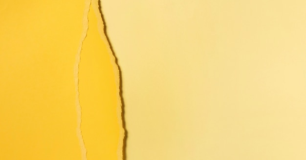 Différentes nuances de papier jaune déchiré