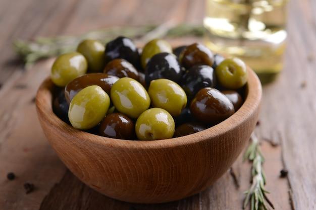 Différentes olives marinées sur table close-up