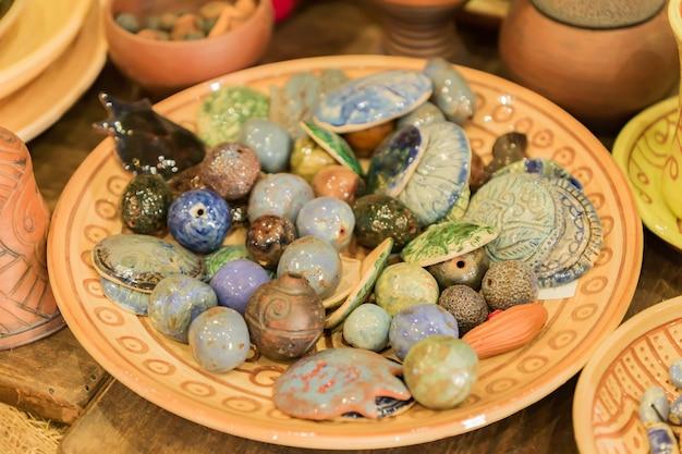 Différentes perles d'argile à l'atelier de poterie, gros plan