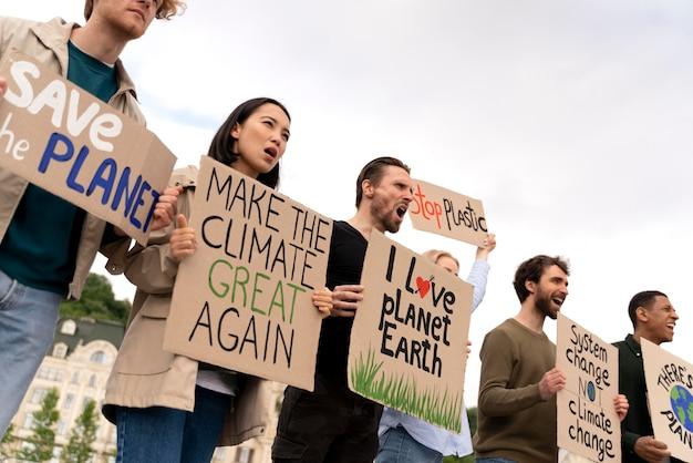 Différentes personnes marchant dans une manifestation contre la guerre mondiale