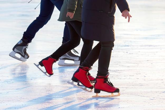Différentes personnes patinent activement sur une patinoire. passe-temps et loisirs. sports d'hiver