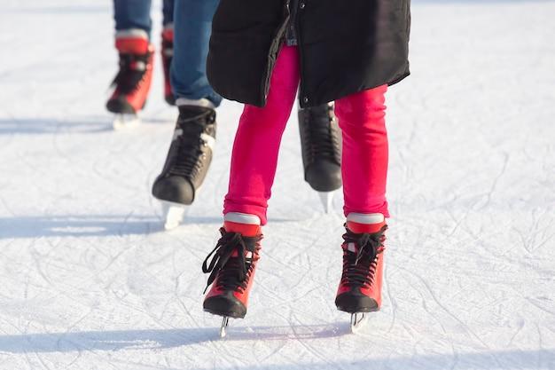 Différentes personnes patinent activement sur une patinoire