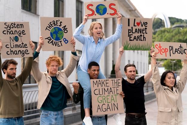 Différentes personnes protestant ensemble à cause du réchauffement climatique