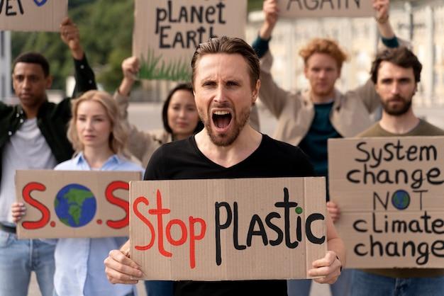 Différentes personnes rejoignant une manifestation contre le réchauffement climatique
