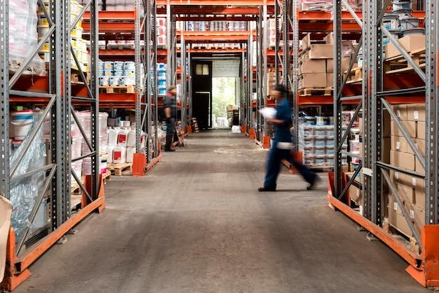 Différentes personnes s'occupant de la logistique de l'entrepôt