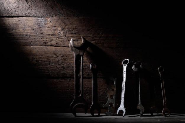 Différentes pièces sur un fond en bois. clés à haie clés, marteau