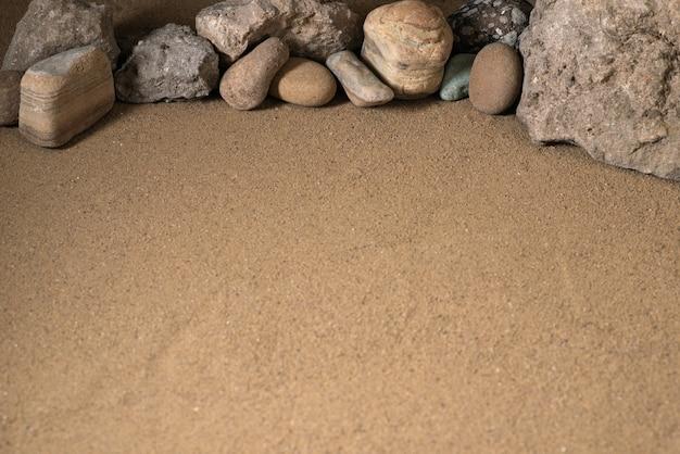 Différentes pierres sur le sable mort nature sci fi