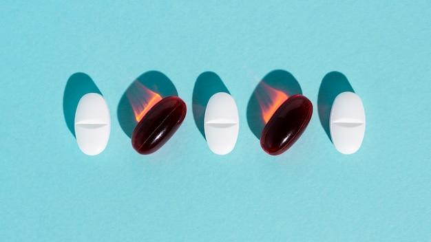Différentes pilules sur fond bleu