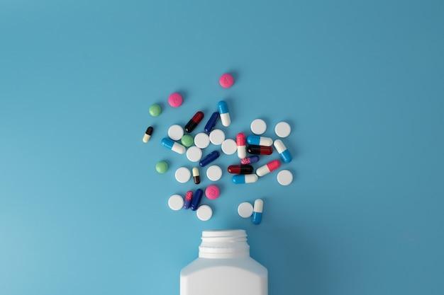 Différentes pilules de médecine colorée sur table