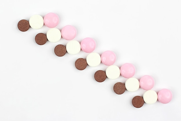 Différentes pilules médicinales sur fond blanc