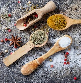 Différentes sortes d'épices à la cuillère en bois