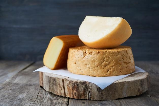 Différentes sortes de fromage sur une table en bois