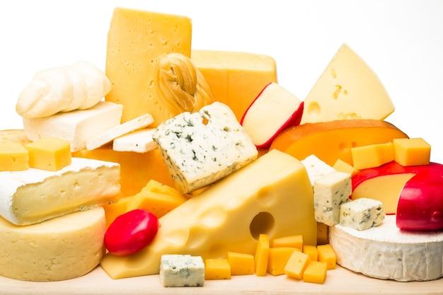 Différentes sortes de fromages sur le plateau en bois