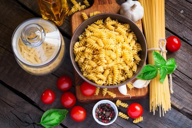 Différentes sortes de pâtes, tomates et épices