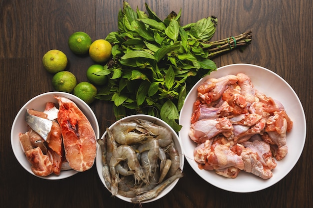Différentes sources de protéines - poisson, crevettes et poulet