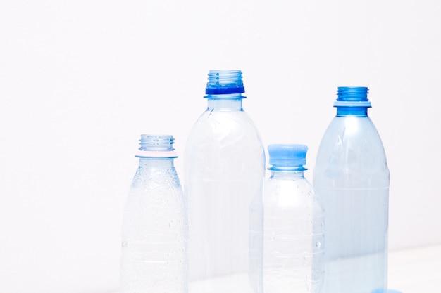 Différentes tailles de bouteilles en plastique isolées
