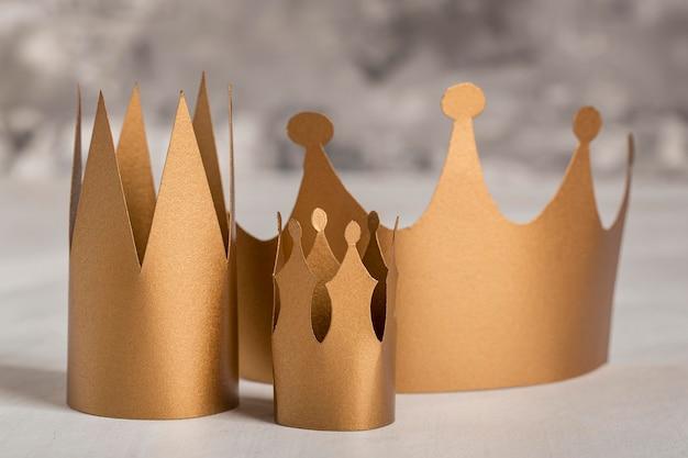 Différentes tailles de couronnes dorées