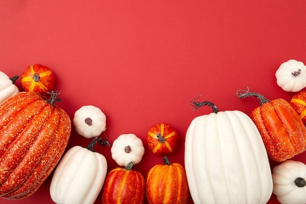 Différentes tailles de flatlay blanc et orange