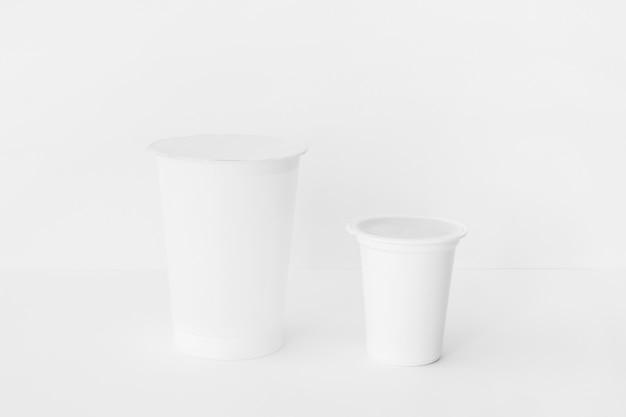 Différentes tasses de produits laitiers