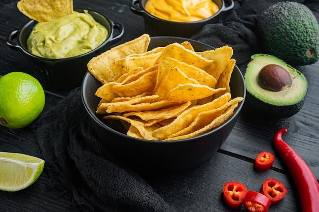Différentes trempettes et sauces pour nachos