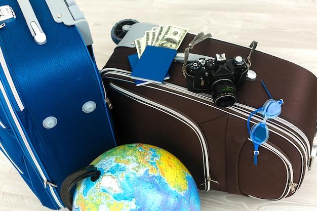 Différentes valises sur carrelage