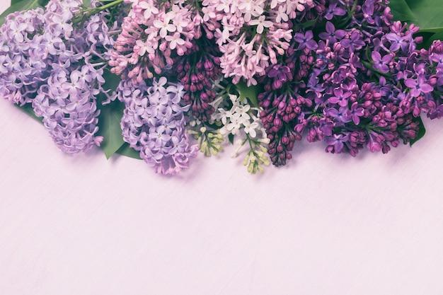Différentes variétés de lilas sur le dessus d'une table en bois avec espace copie
