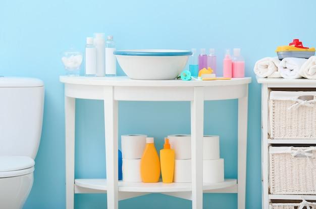 Différents accessoires de bain pour bébé à l'intérieur de la salle de bain moderne